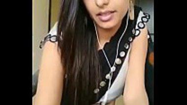Cute desi bhabhi showing off her sexy navel