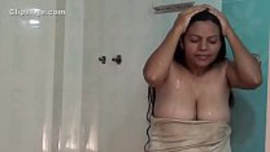 Hot nip slip of Tamil bhabhi while bathing